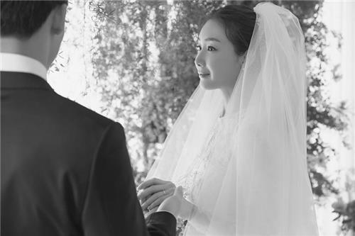 崔智友婚纱照(YG娱乐提供)