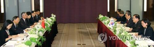 3月29日下午,在首尔威斯汀朝鲜酒店,郑义溶和杨洁篪分率韩中官员举行会谈。(韩联社)
