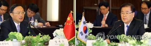 3月29日下午,在首尔威斯汀朝鲜酒店,韩国国家安保室长郑义溶(右)会见到访的中国国家主席习近平特别代表、中共中央政治局委员杨洁篪。(韩联社)