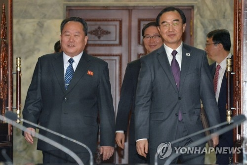 3月29日上午,在板门店朝方一侧的统一阁,韩国统一部长赵明均(右)和朝鲜祖国和平统一委员长李善权并肩走入高级别会谈场。(韩联社)