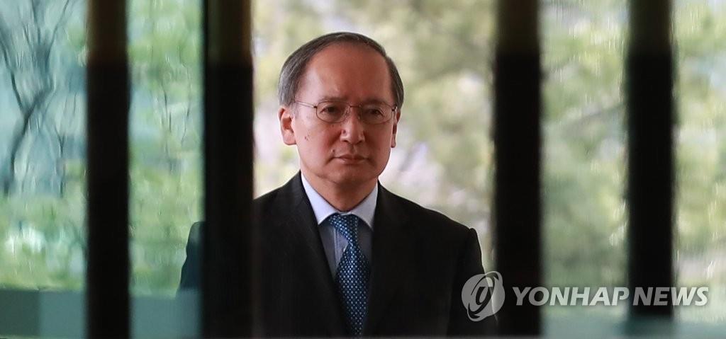 3月30日,日本大使长岭安政走进韩国外交部大楼。(韩联社)