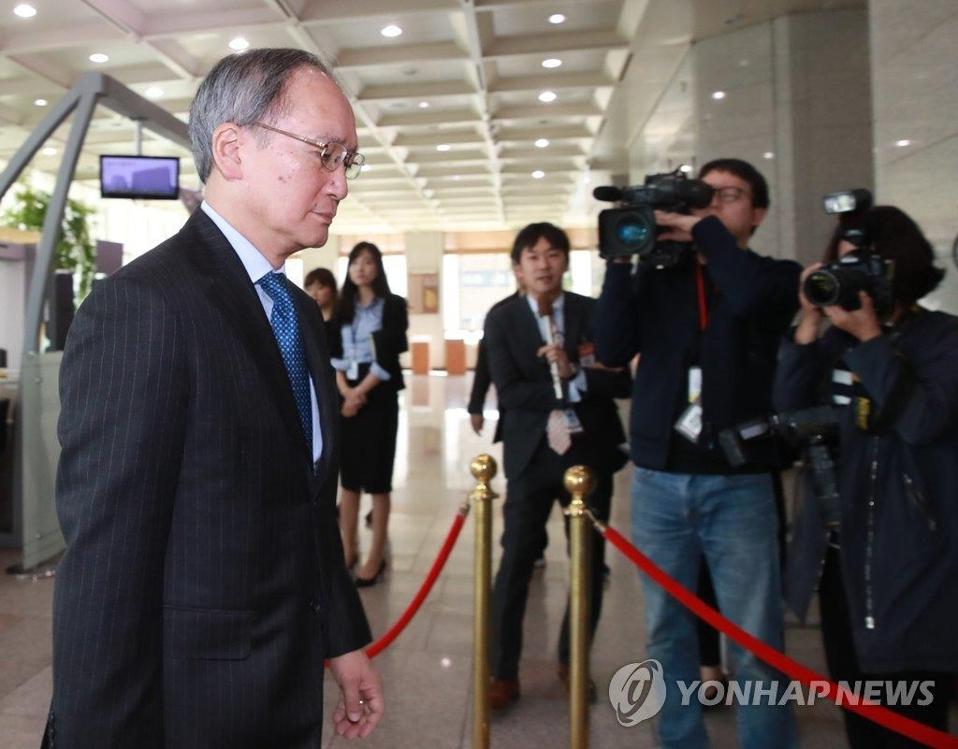 日本大使长岭安政进入韩国外交部。(韩联社)