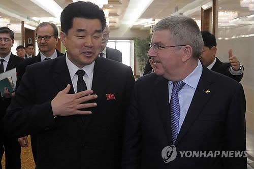 3月29日,在平壤,朝鲜体育相金日国(左)欢迎国际奥委会主席巴赫来访。(韩联社/法新社)