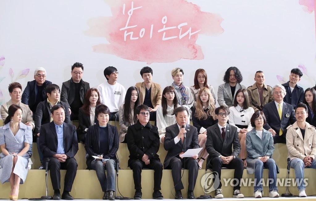3月31日,在首尔金浦机场,韩国艺术团成员在访朝前发言。(韩联社)