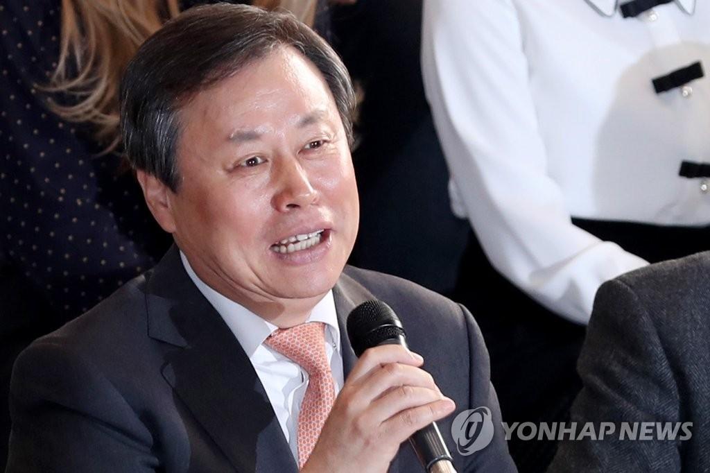 3月31日上午,在首尔金浦机场,韩国文化体育观光部长官都钟焕率团出访朝鲜前发表感言。(韩联社)