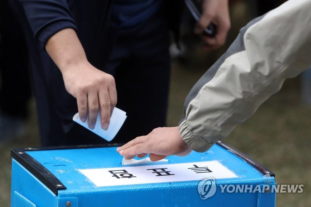资料图片:锦湖轮胎工会进行投票。(韩联社)