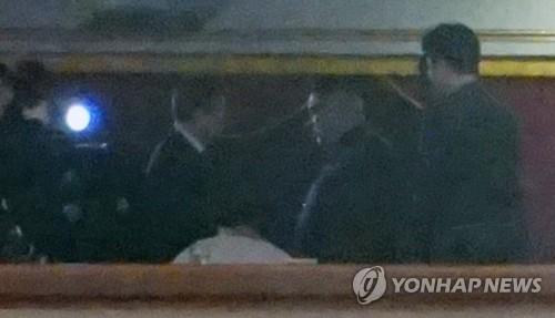 4月1日,在平壤东平壤大剧场,观看韩国艺术团演出的朝鲜劳动党委员长金正恩与韩国文化体育观光部长官都钟焕握手。(韩联社)
