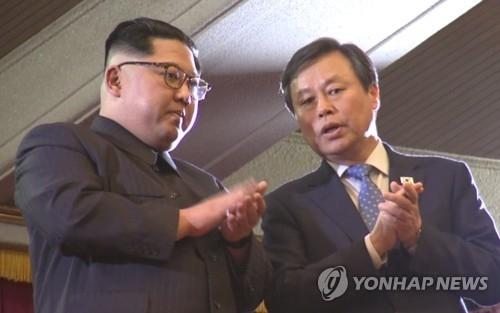4月1日下午,在东平壤大剧场,韩国文体部长官都钟焕与朝鲜劳动党委员长金正恩(左)在韩国艺术团赴朝演出现场交谈。(韩联社/联合采访团)