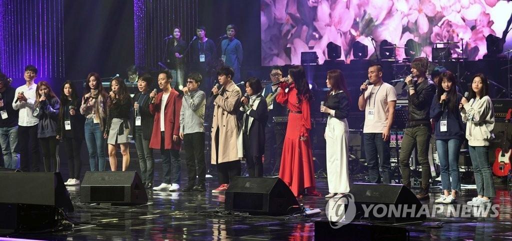 4月1日,在平壤东平壤大剧场,韩方艺术团进行彩排。(韩联社/联合采访团)