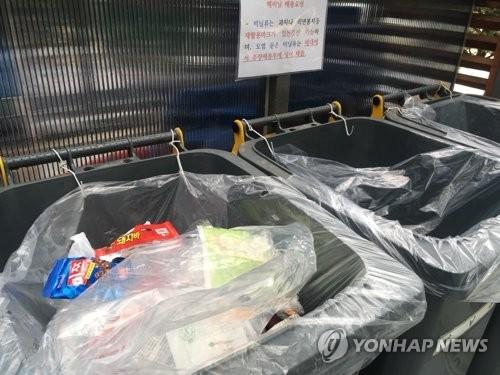 图为首尔市江南区某小区垃圾投放点。(韩联社)