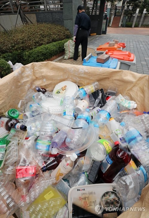 4月1日上午,在首尔市龙山区一小区,塑料垃圾被成堆弃置。(韩联社)