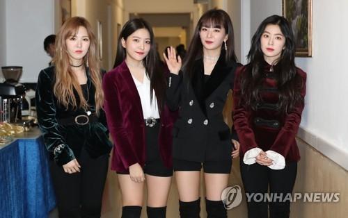 4月1日下午,在平壤市东平壤大剧场,女团Red Velvet进行演出后接受媒体采访。(韩联社)