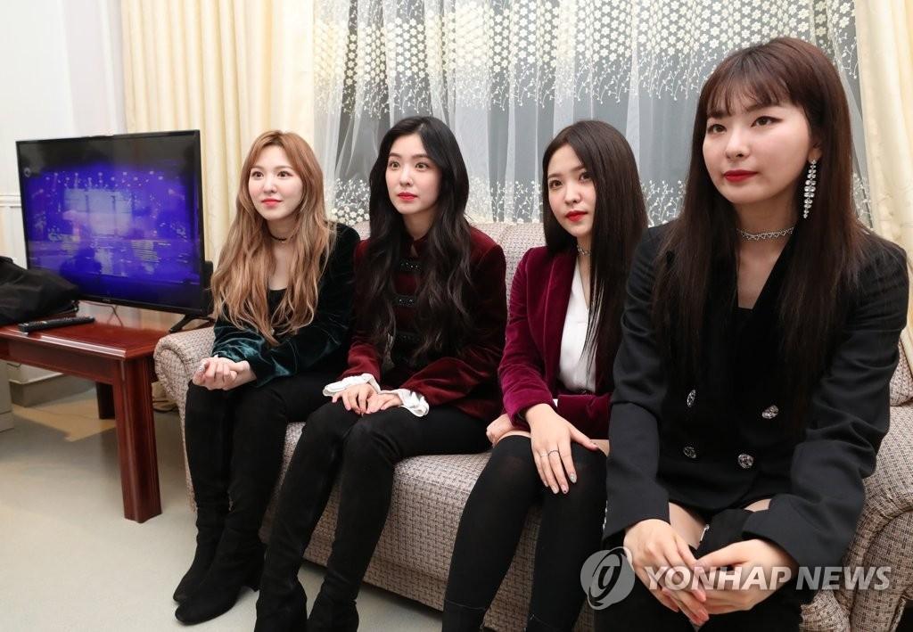 4月1日下午,女团Red Velvet在平壤市东平壤大剧场进行演出后接受媒体采访。(韩联社)