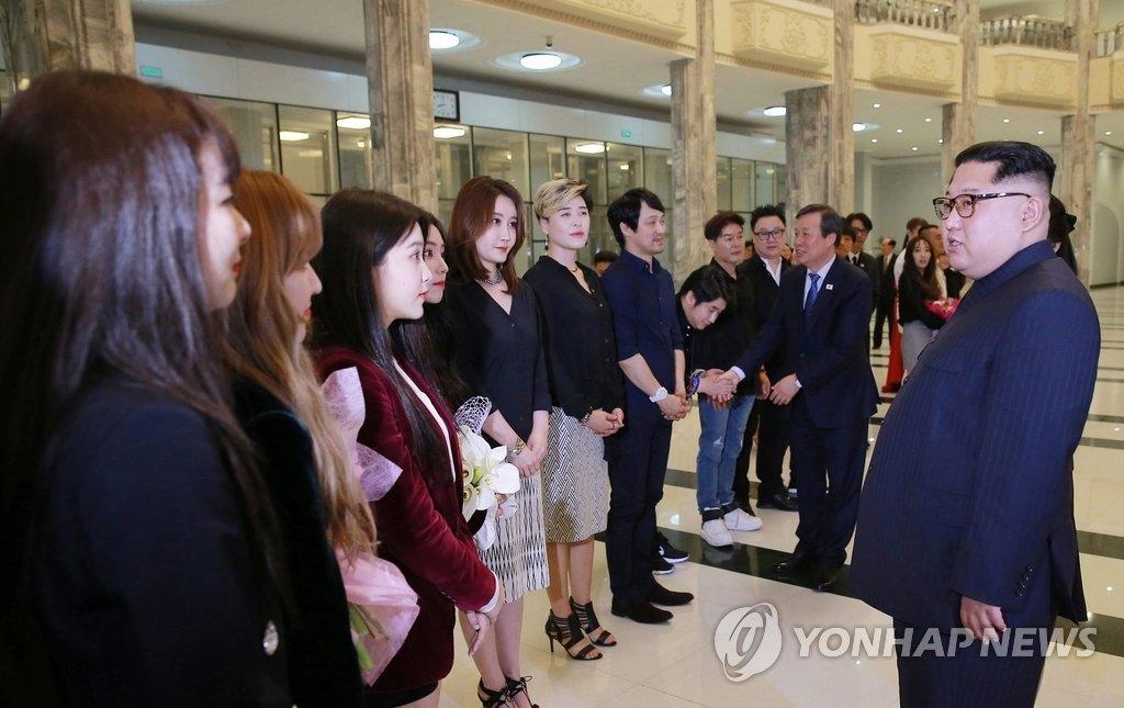 4月1日,在平壤市东平壤大剧场,朝鲜劳动党委员长金正恩(右)观看韩国艺术团首场平壤演出后与韩国女团Red Velvet交谈。(韩联社)