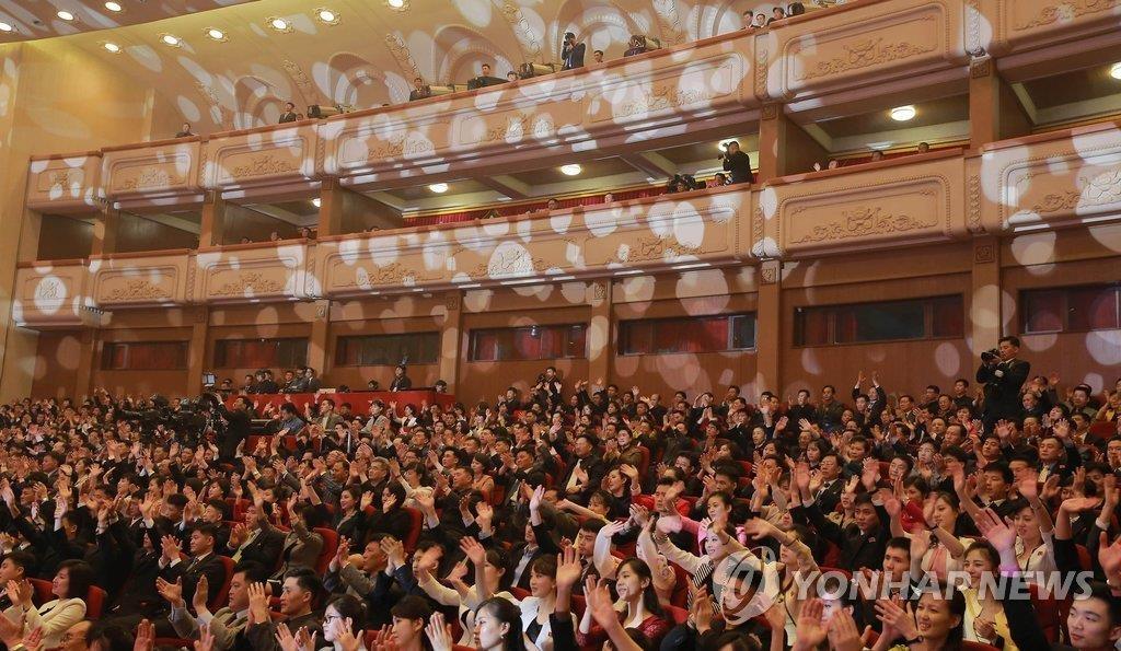4月1日,在平壤市东平壤大剧场,韩国艺术团的演出赢得了当地居民的热烈反响。(韩联社)