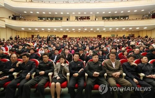 4月2日下午,在平壤大剧场,朝鲜居民们正在观看韩朝跆拳道示范团同台演出。(韩联社)