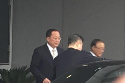 朝鲜外务相李容浩现身北京首都机场。(韩联社)