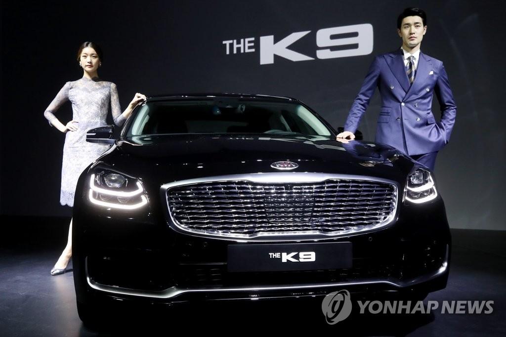 4月3日上午,在首尔格蓝德洲际酒店帕纳斯,模特们展示起亚汽车全新K9。(韩联社)