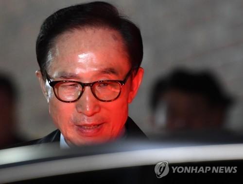 资料图片:3月23日,在首尔市论岘洞,李明博在家中被捕,并被押往看守所。(韩联社)