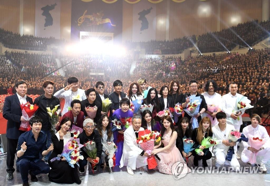 韩朝联合表演结束后,演出人员合影留念。(韩联社/联合采访团)