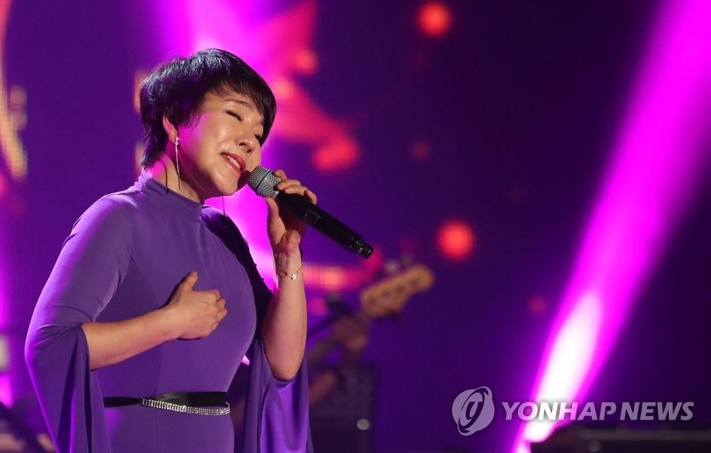 韩国歌手崔辰煕倾情献唱。(韩联社)
