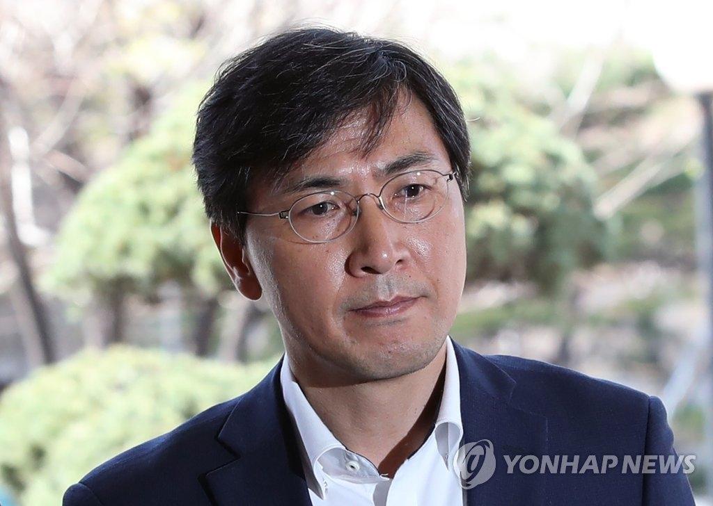 4月4日,在首尔西部地方法院,前忠清南道知事安熙正出庭接受逮捕必要性审查前回答媒体提问。(韩联社)