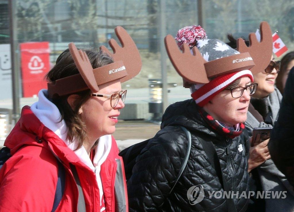 资料图片:2月15日,外国游客在江陵奥林匹克公园游览。(韩联社)