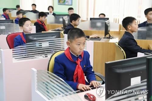 4月3日,韩国跆拳道表演团一行访问平壤万景台学生少年宫。图为朝鲜电脑神童们正在学习。(韩联社/图片共同采访团)