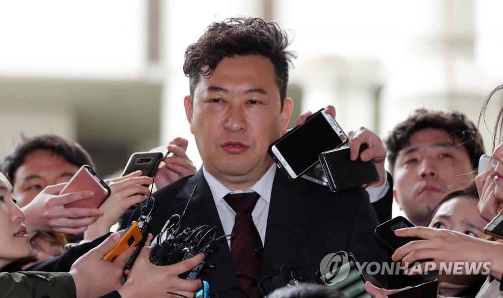 4月6日下午,首尔中央地方法院对韩国前总统朴槿惠作出一审宣判,判处有期徒刑24年,罚款180亿韩元。图为朴槿惠的法律援助律师姜哲求在审判结束后答记者问。(韩联社)