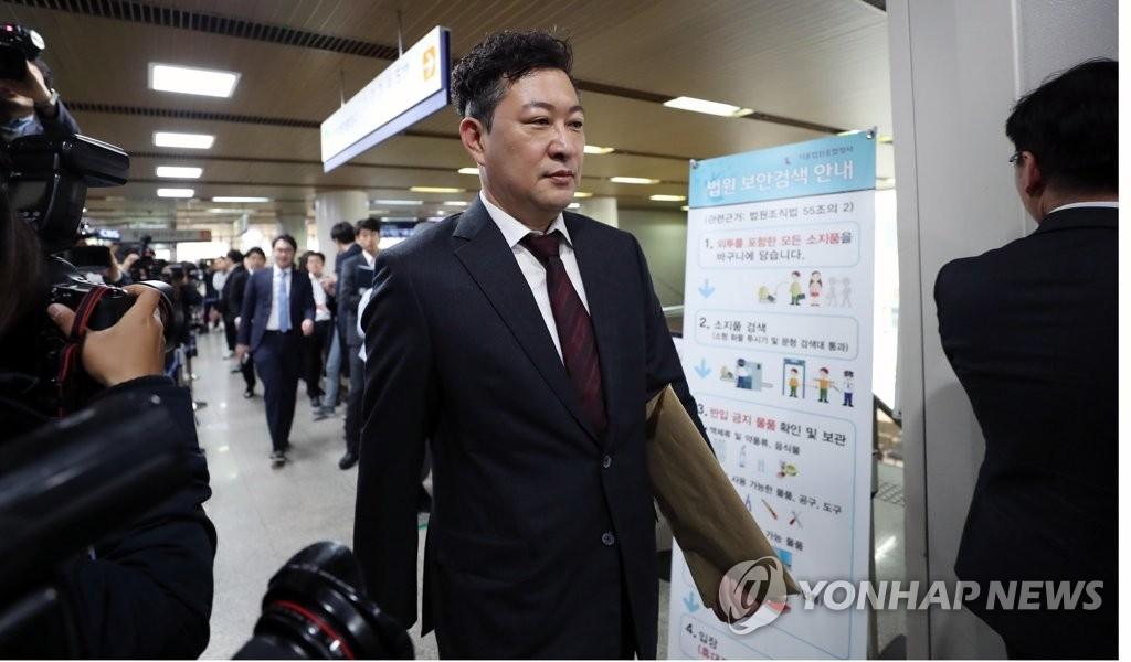4月6日下午,在首尔中央地方法院,朴槿惠的法律援助律师姜哲求走向法庭。(韩联社)