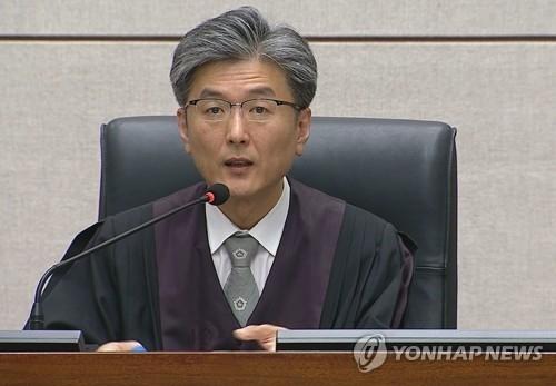 4月6日下午,在首尔中央地方法院,审判长对朴槿惠亲信擅政案作出一审判决。(韩联社/韩联社电视提供)