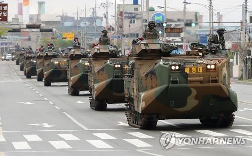 韩国海军陆战队结束军演返回部队。(韩联社)