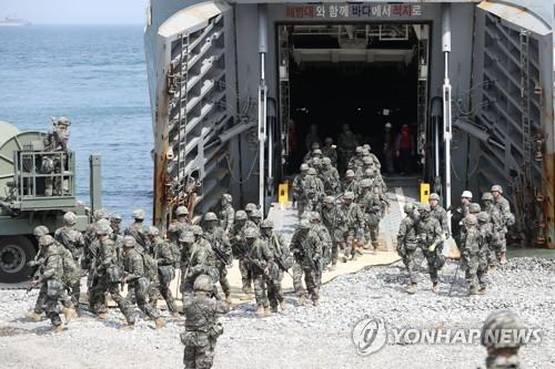 韩国海军陆战队队员军演现场。(韩联社)