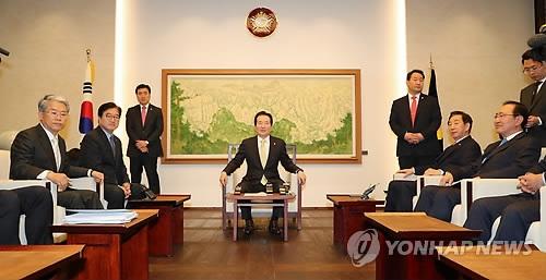 4月9日,在国会,国会议长丁世均(中)主持召开朝野国会代表例会。(韩联社)