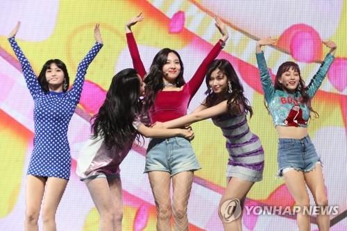 4月9日下午,在首尔广津区YES 24剧场,女团TWICE举行第5张迷你专辑《What is Love?》抢听会。(韩联社)