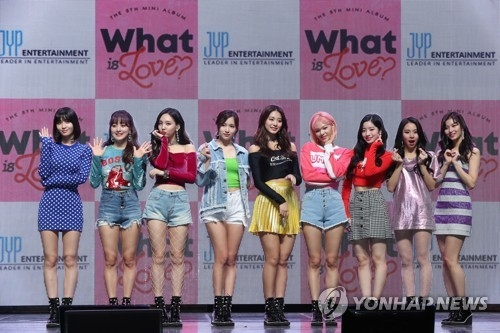 4月9日下午,在首尔广津区YES 24剧场,女团TWICE举行第5张迷你专辑《What is Love?》抢听会并摆出造型供记者拍照。(韩联社)