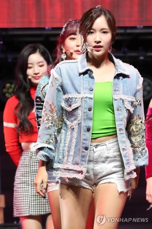 4月9日下午,在首尔广津区YES 24剧场,女团TWICE举办第5张迷你专辑《What is Love?》抢听会,图为成员Mina在舞台上展现清纯甜美又性感冶艳的魅力。(韩联社)