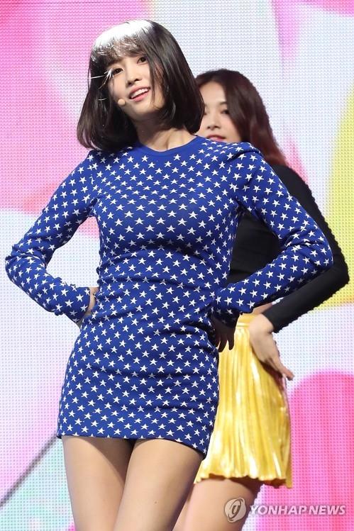 4月9日下午,在首尔广津区YES 24剧场,女团TWICE举办第5张迷你专辑《What is Love?》抢听会。图为成员Momo展现精彩舞台。(韩联社)