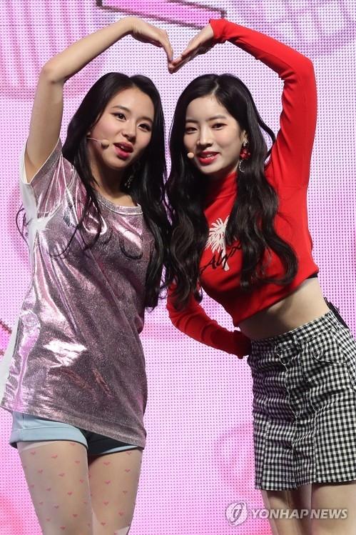 4月9日下午,在首尔广津区YES 24剧场,女团TWICE举办第5张迷你专辑《What is Love?》抢听会。图为成员彩瑛和多贤展现精彩舞台。(韩联社)