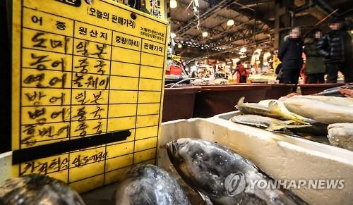 资料图片:在首尔一水产品市场陈列的日本产水产品。(韩联社)