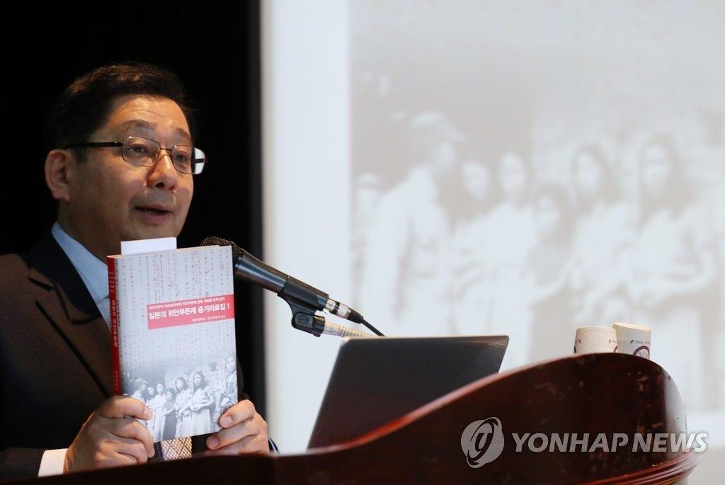 4月10日上午,在世宗大学,保坂祐二在纪念新书出版的记者会上发言。(韩联社)