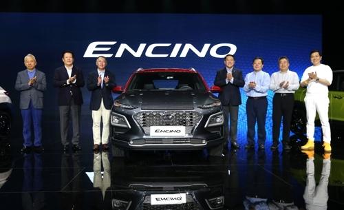 4月10日,在上海,现代汽车集团副会长郑义宣(左三)等现代汽车和北京现代高层出席ENCINO发布会。(韩联社/现代汽车提供)