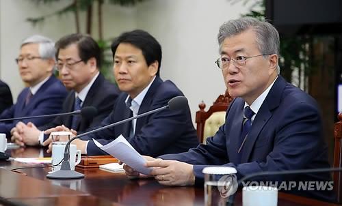 4月11日下午,在韩国青瓦台,总统文在寅(右)主持召开韩朝首脑会谈筹备委员会第5次会议。(韩联社)