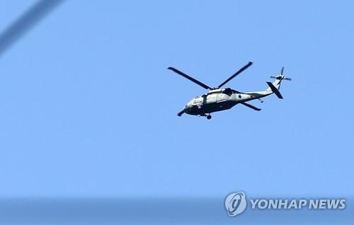 """4月11日上午,在庆尚北道星州""""萨德""""基地附近,韩国空军直升机在基地上空盘旋。(韩联社)"""