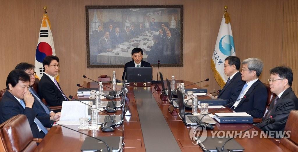 4月12日上午,在首尔中区韩国银行(央行)会议室,行长李柱烈(中)在金融货币委员会全会上发言。(韩联社)