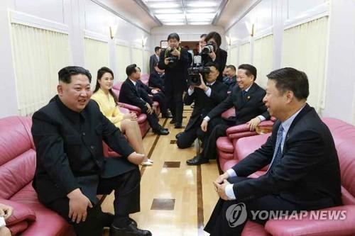 资料图片:金正恩(左)上月在访华专列车厢里会见宋涛。(韩联社)