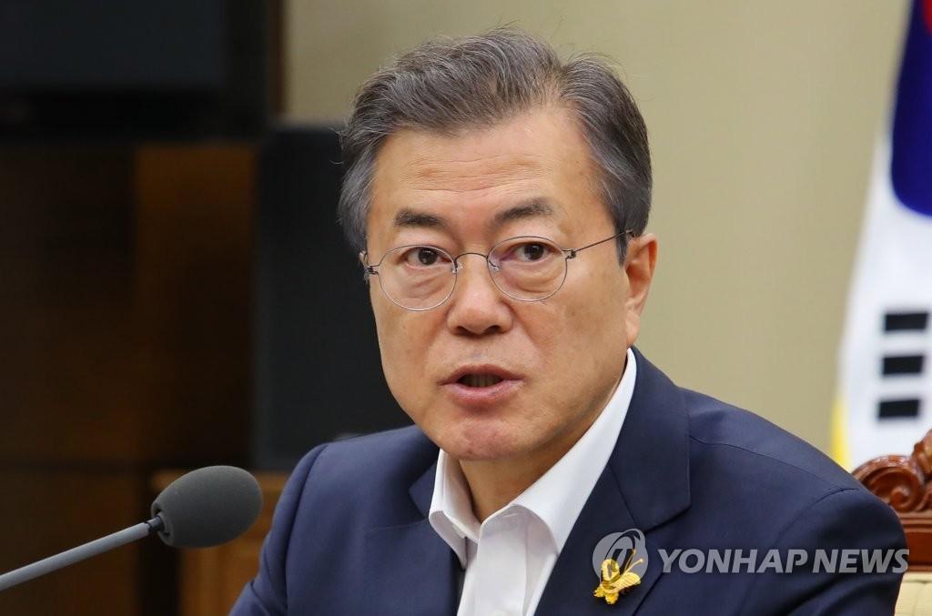 4月16日下午,在青瓦台,韩国总统文在寅在首席秘书和助理会议上发言。(韩联社)