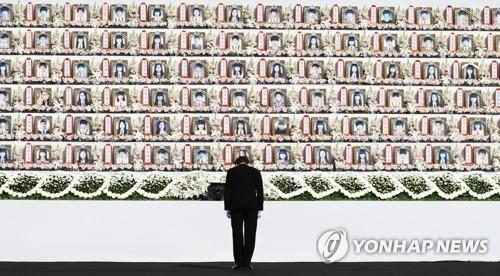 4月16日下午,在京畿道安山市檀元区的联合灵堂,韩国总理李洛渊在致悼词后朝着遇难者牌位低头静立。(韩联社)