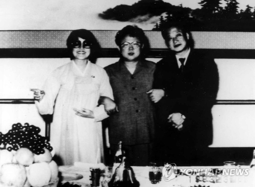 资料图片:崔银姬夫妇与金正日(中)的合影。(韩联社)