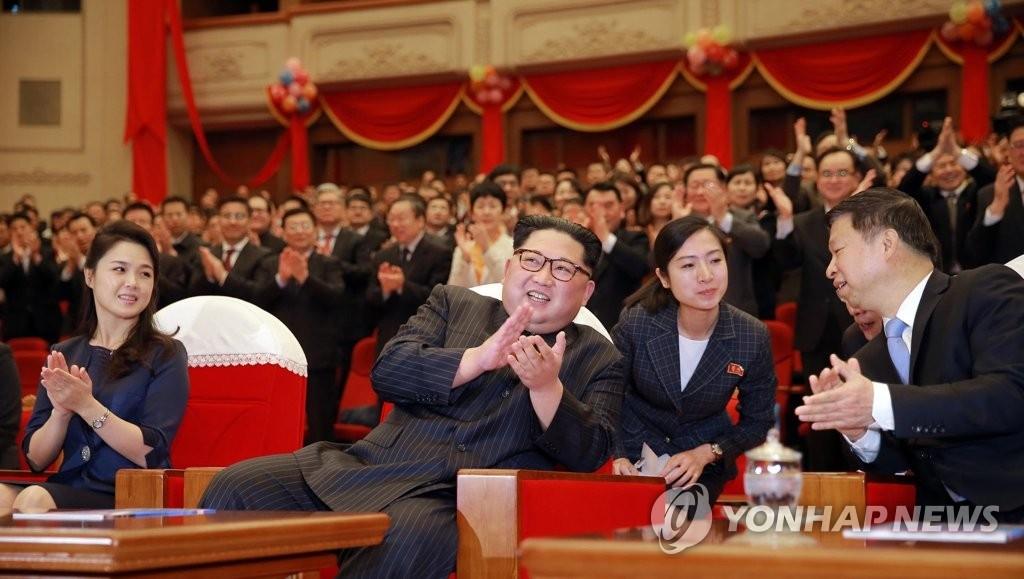 4月16日,在平壤,朝鲜国务委员会委员长金正恩(左二)和夫人李雪主(左一)同中共中央对外联络部部长宋涛(右)等人士共同观看了中国艺术团芭蕾舞剧表演《红色娘子军》。图片仅限韩国国内使用,严禁转载复制。(韩联社/朝中社)